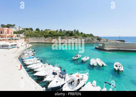 Apulien Tricase Porto, Italien - Motor - Boote im Hafen von Tricase Porto Stockbild