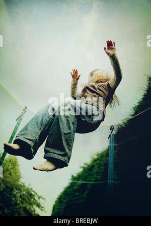 Mädchen auf einem Trampolin springen Stockbild