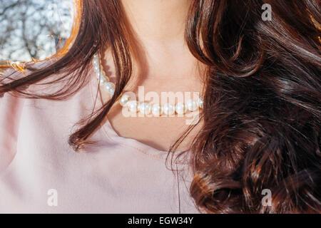 Upclose Bild des Weibes Hals trägt eine Perlenkette. Stockbild