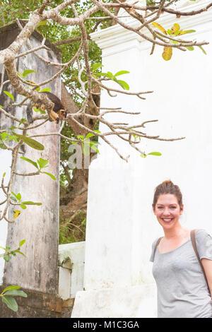 Maduganga See, Balapitiya, Sri Lanka - eine junge Frau lächelnd Schöne, weil sie sah, eine indische Riese Stockbild