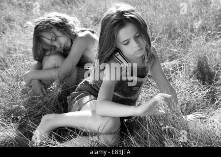 Mädchen im Overall im Feld hohem Gras Stockbild