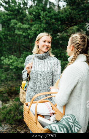 Zwei Frauen im Wald Stockbild
