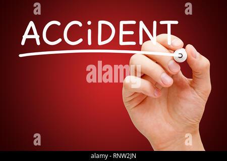 Hand schreiben Wort Unfall mit weißen Marker auf Transparenten abwischen Board auf dunklen roten Hintergrund. Risk Management Konzept. Stockbild