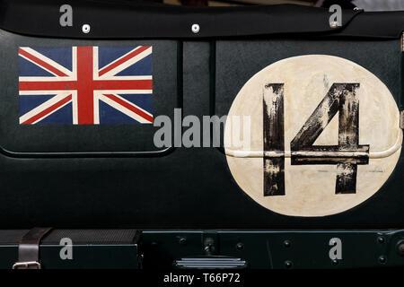 1928 Bentley Speed Six close-up Detail der Union Flag und original Racing Anzahl Aufkleber 14, bei der 77. Goodwood GRRC Mitgliederversammlung, Sussex, UK. Stockbild