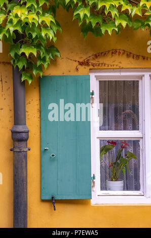 Augsburg, Bayern, Deutschland - 10. September 2015: Typische Fenster mit Fensterläden auf eines der Häuser in der Fuggerei sozialen Wohnungsbau. Stockbild