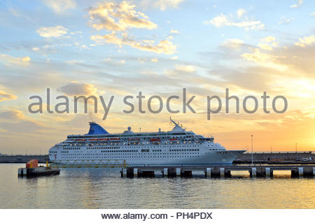 Passagier Schiff in Santa Cruz de Tenerife Hafen in der Dämmerung, Kanarische Inseln, Spanien. Stockbild