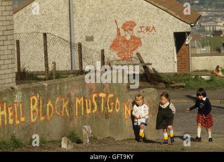 """Die Mühen der 1980er Jahre Belfast Vorort IRA Graffiti """"Hölle Block muss Go Now"""" 1981 HOMER Stockbild"""