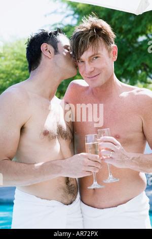 Gay paar Champagner trinken Stockbild