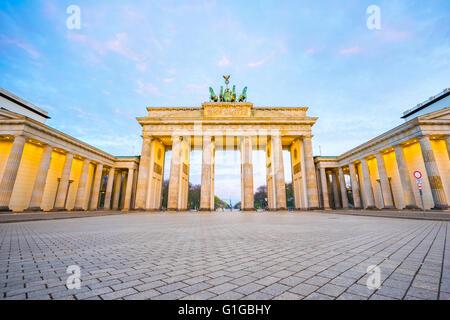 Schönen Himmel mit Brandenburger Tor in Berlin-Deutschland in der Nacht. Stockbild