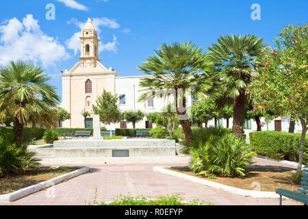 Presicce, Apulien, Italien - Entspannen Sie sich in den ruhigen Park vor der Kirche Stockbild