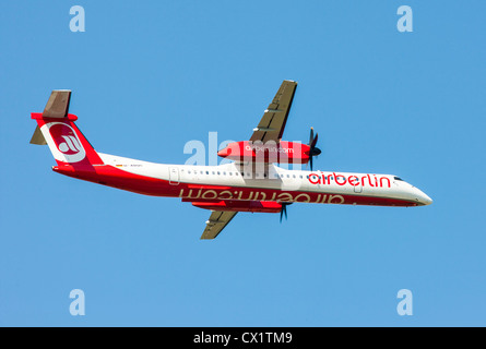 Passagierjet startendes vom Flughafen Düsseldorf International. Air Berlin, Bombardier DHC 8Q-400 Stockbild