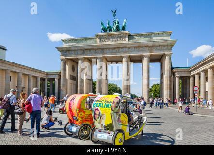 Deutschland, Berlin-Mitte, Fahrradrikschas warten auf Sightseeing-Tarife am Pariser Platz, Brandenburger Tor Stockbild