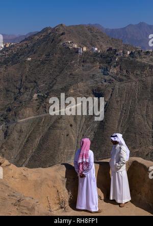 Saudische Männer in einem Dorf in den Bergen, in der Provinz Jizan, Addayer, Saudi-Arabien Stockbild
