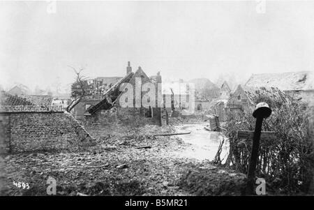 9 1917 0 0 A4 E Soldat Grab auf Western Front 1917 1. Weltkrieg West Krieg Bereich Soldat Grab am Rande einer zerstörten Stockbild