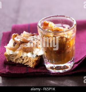 Glas mit Schalotten-Chutney und Ziegenmilch Käse und Schalotten Chutney Open sandwich Stockbild