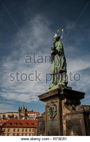 St. Johannes von Nepomuk Statue, Karlsbrücke, Prag, Tschechische Republik Stockbild