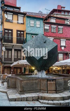 Fonte de Cubo Cubo, da Ribeira, moderne Skulptur von Jose Rodrgues, Ribeira Platz, Porto, Portugal Stockbild