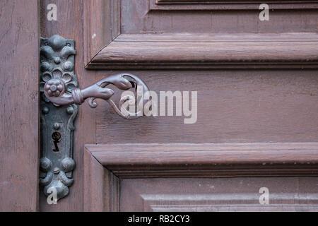 Eiserne Tür griff der eine alte Tür eines historischen Gebäudes Stockbild