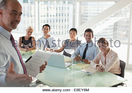 Business-Leute sitzen in treffen Stockbild