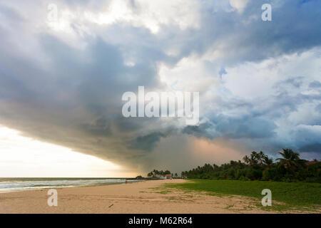 Induruwa Beach, Sri Lanka, Asien - beeindruckend Wolken und Licht bei Sonnenuntergang am Strand von Induruwa Stockbild