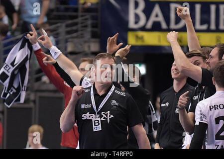 Berlin, Deutschland. 18 Apr, 2019. Handball: Bundesliga, Füchse Berlin - THW Kiel, den 27. Spieltag. Kieler Trainer Alfred Gislason cheers. Quelle: Jörg Carstensen/dpa/Alamy leben Nachrichten Stockbild