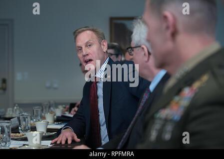Usa handeln Verteidigungsminister Patrick Shanahan während eines Treffens mit dem belgischen Minister für Verteidigung Didier Reynders im Pentagon Februar 21, 2019 in Arlington, Virginia. Stockbild