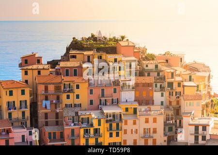 Sonnenlicht hinter den Häusern von Manarola, Cinque Terre, UNESCO-Weltkulturerbe, Ligurien, Italien, Europa Stockbild