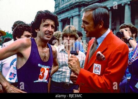 Dick Enberg interviewen Frank Kürzere für NBC Sport am 1980 US Olympischen Marathon Team Studien. Stockbild