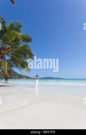 Frau an der Anse Volbert, Praslin - Seychellen - Afrika Stockbild