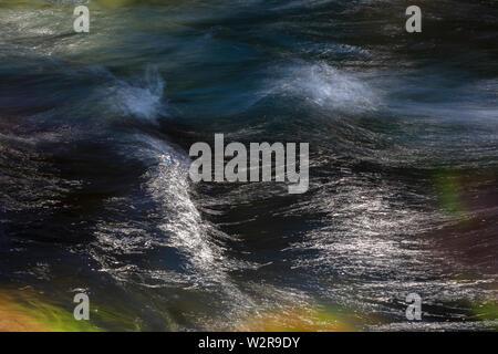 Lange Exposition Zusammenfassung von fließenden Fluss Wasser Stockbild