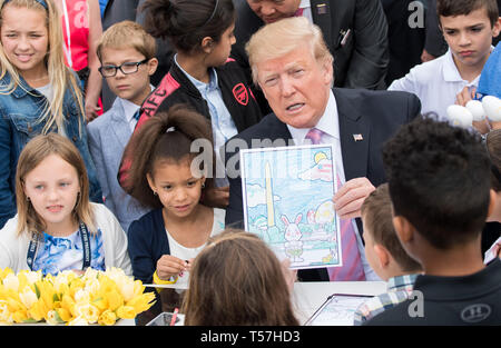 Washington, Vereinigte Staaten von Amerika. 22 Apr, 2019. Präsidenten der Vereinigten Staaten Donald J. Trumpf zeigt seine Kunstwerke, wie er Farben mit Kindern während des Weißen Hauses Easter Egg Roll im Weißen Haus in Washington, DC am 22. April 2019. Credit: Kevin Dietsch/Pool über CNP   Verwendung der weltweiten Kredit: dpa/Alamy leben Nachrichten Stockbild