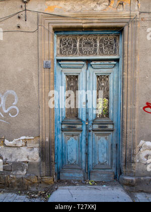 Das Weglaufen von den wichtigsten touristischen Arterie, Ledra-Straße in Nikosia Zypern bietet Touristen einen Blick auf interessante Gebäude und Details wie diese Tür Stockbild