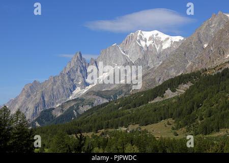 Mont Blanc Massiv und blauer Himmel. Val Ferret in Courmayeur Stockbild
