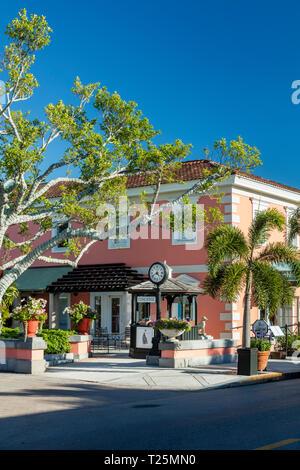 Coral Gebäude mit Geschäften und Boutiquen an der trendigen 3rd Street Einkaufsviertel, Naples, Florida, USA Stockbild
