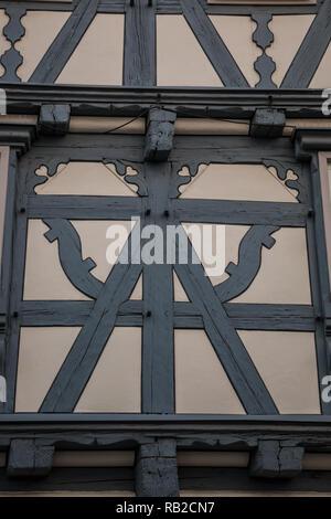 Alte historische Gebäude und Fachwerkhaus mit blauen oder grauen Holz Stockbild