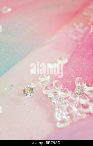 Eine schöne und elegante Makro von Glitter aus funkelnden Diamanten mit Bokeh oder Tiefenschärfe und rosa Textur als Hintergrund Stockbild