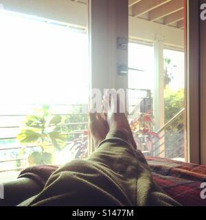 Füße in Morgen flare Stockbild