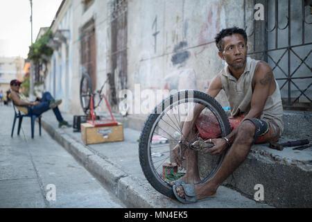 Ein Mann Fahrräder reparieren, Getsemani, Cartagena, Kolumbien Stockbild