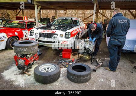 Größere Reparaturen sind in Bearbeitung für die 1978 Chevrolet Camero Z 28. Anbieter auf dem Gerry Marshall Trophy Rennen in der 77. Goodwood Mitgliederversammlung, Sussex Stockbild