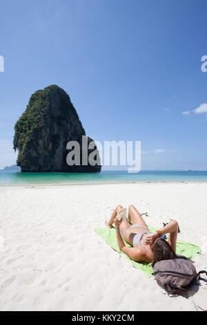 Thailand - Frau an der Phra Nang Beach - Krabi - Asien Stockbild