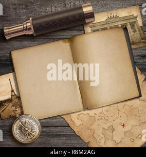Alte Kompass, Spyglass und Tagebuch mit ein paar alte Bilder auf Desk Top Stockbild