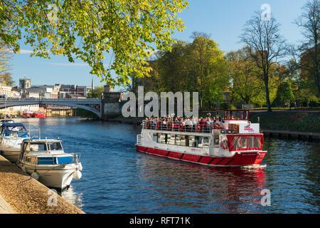 Vergnügen Boote entlang des Flusses Ouse und ein York Boot voll mit Touristen auf eine Sightseeing Kreuzfahrt, York, Yorkshire, England, Vereinigtes Königreich Stockbild