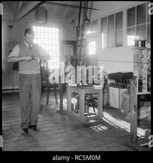 Wellington Mühle, Strangman Straße, Lauch, Staffordshire, 1965-1968. Ein Mann wickeln einer Spule mit Seide von Hand bei Bentley und Whittles Wellington Silk Mills. Stockbild
