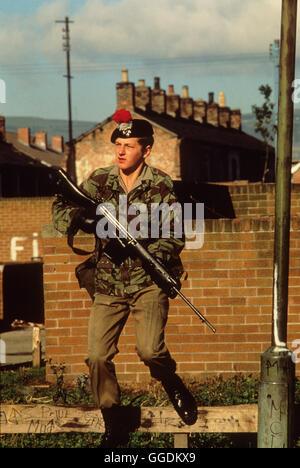 Die Briten Nordirland Mühen der 1980er Jahre Soldat auf Straße Bewährung. 1981 HOMER SYKES Stockbild