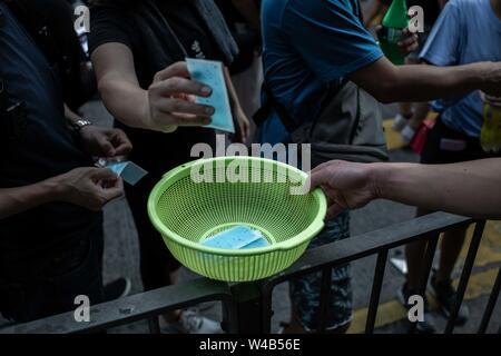 Eine Person bietet patch Kühler zu Demonstranten während der bürgerlichen Menschenrechte März in Causeway Bay Hongkong Demonstranten für ein weiteres Wochenende der Proteste gegen die umstrittene Auslieferung Rechnung und mit einer wachsenden Liste von Beschwerden gesammelt, der Aufrechterhaltung des Drucks auf Chief Executive Carrie Lam. Stockbild