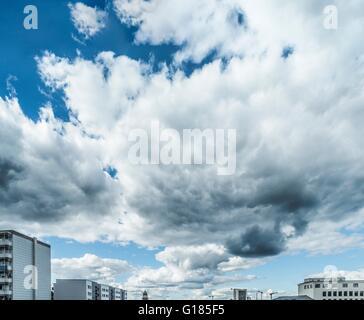 Wolkengebilde über der Skyline der Stadt Stockbild