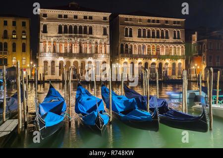Gondeln am Canale grande Uferpromenade bei Nacht, Venedig, Venetien, Italien Stockbild