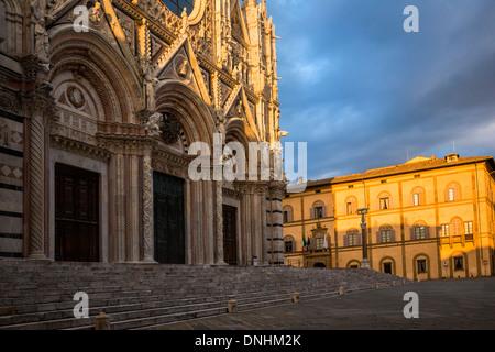 Niedrigen Winkel Blick auf eine Kathedrale, Dom von Siena, Siena, Provinz Siena, Toskana, Italien Stockbild