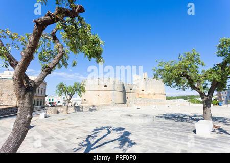 Otranto, Apulien, Italien - Markt vor der historischen Stadtmauer von Otranto Stockbild