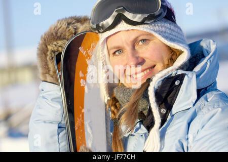 Frau mit Skiern Stockbild